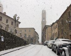 Un'immagine di Montalcino sotto la neve, nel momento di massima perturbazione, ieri all'ora di pranzo