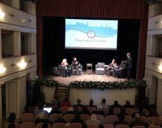 Il convegno vini italiani vs vini francesi, andato in scena al Teatro degli Astrusi di Montalcino durante Benvenuto Brunello