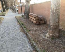 Un divano abbandonato lungo Viale Bindo Crocchi, a Torrenieri