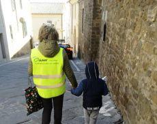 Tra i tanti servizi che offre, Auser Montalcino scorta i ragazzi dal pullman alla scuola e viceversa