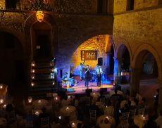 Il sassofonista e cantante francese Sebastien Chaumont nelle storiche mura di Castello Banfi