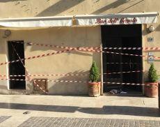 L'ingresso del Bar dell'Angolo a Torrenieri dopo l'incendio che si è verificato giovedì notte