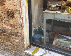 Uova lanciate in una vetrina a Montalcino: una bravata che ha creato disagi ai commercianti