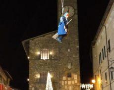 La Befana scende dalla Torre di Piazza del Popolo
