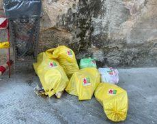 Rifiuti abbandonati nel centro storico di Montalcino