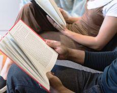 Giovani che leggono un libro