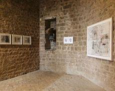Allestimento della mostra Sulla Soglia, nella Fortezza di Montalcino. Foto: Daniele Fabiani