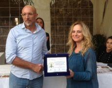 Il vincitore del primo premio, Sebastiano Milluzzo, grazie al suo miele di timo