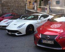 Venti Ferrari Gran Turismo hanno sostato in Piazza del Popolo a Montalcino