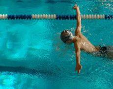 Un giovane che pratica nuoto
