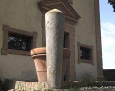 La riproduzione del cippo etrusco di Tenute Silvio Nardi