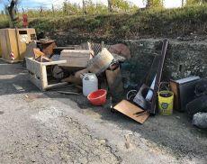 Altri rifiuti per strada, stavolta a Tavernelle (Montalcino)