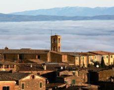 La chiesa di San Francesco si staglia su di un mare di nuvole