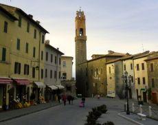 La Torre del Comune vista da Piazza Padella, al secolo Piazza Garibaldi