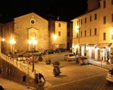 Una veduto notturna di Piazza Garibaldi