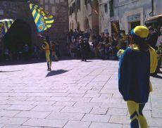 Sbandierata della Contrada della Tartuca in Piazza del Popolo a Montalcino