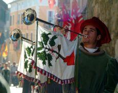 Il suono delle chiarine di Montalcino che avvolge le strade nei giorni di Festa