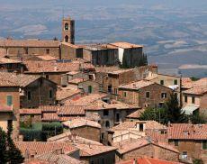 I tetti di Montalcino sulle Crete Senesi