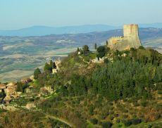 Una panoramica della Valdorcia con la Rocca d'Orcia in primo piano (foto: www.comune.castiglionedorcia.siena.it)