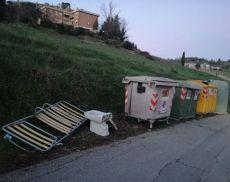 Rifiuti abbandonati in terra a Torrenieri