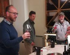 Neil McAllister, production designer del film Made in Italy, mentre degusta il vino di Argiano