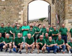 La foto con la maglia F402 dei nati a Montalcino, scattata il 22 giugno sotto la Fortezza