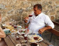 Joan Laporta, ex numero 1 del Barcellona, mentre degusta Brunello a Montalcino