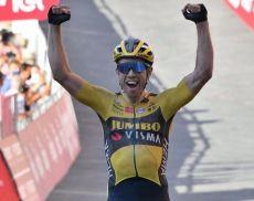 Il campione di ciclismo Van Aert al traguarde della Strade Bianche 2020