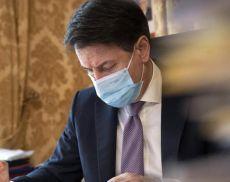 Il premier Giuseppe Conte firma il nuovo Dpcm