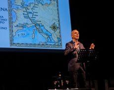 Federico Buffa sul palco del Teatro degli Astrusi