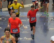 Claudio Giannetti alza il fazzoletto del Borghetto sul traguardo dell'edizione 2017 della maratona di New York