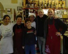 Paolo Rossi con lo staff della trattoria Il Pozzo
