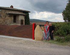 Donatella Cinelli Colombini e Elisa Boldi, autrice dell'istallazione artistica che accompagna la dedica di Sara Gama