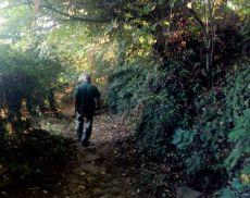 Mauro Mariotti (di spalle) mentre percorre il sentiero