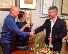 Paolo Valdambrini consegna il Tartufo per la Pace alla famiglia Regeni
